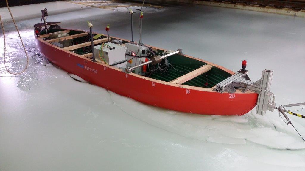model lodołamacza na basenie lodowym